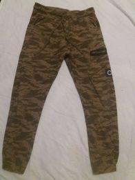 Spodnie dresowe moro Cropp XS