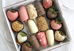 Фрукты в шоколаде, сладкие подарки, банан в шоколаде, клубника