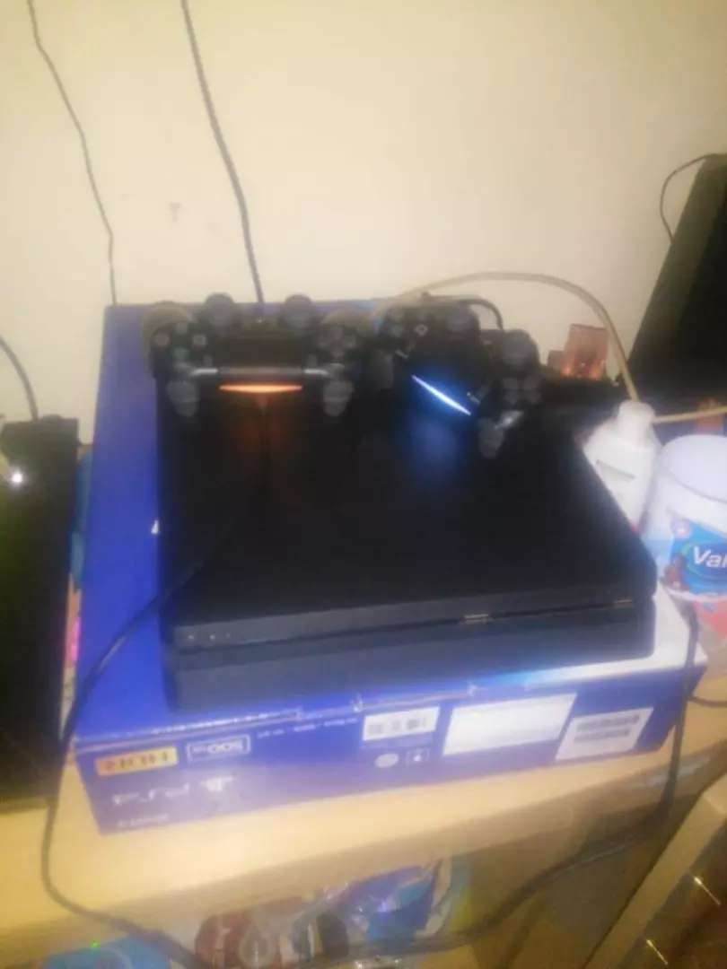 Ps4 slim ,2 controllers and fifa19 0