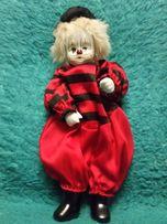 Продам игрушку клоун в красном костюме.