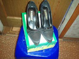 туфли черные лаковые на каблуке 36,5-37 Италия