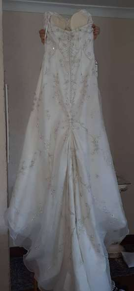 Exquisite 2nd Hand Ivory Wedding Gown