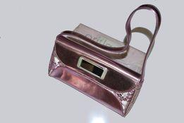 Сумка клатч из розово-серебристого материала.
