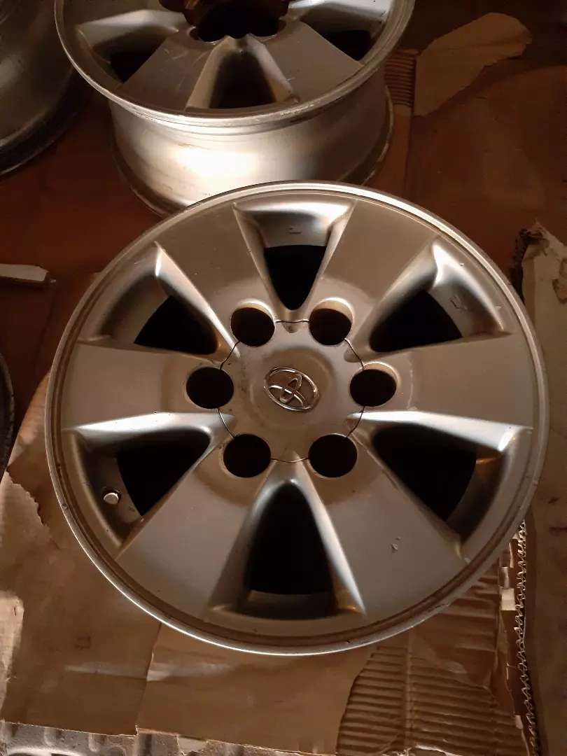 15inch Toyota Hilux Rims with 2center caps 0