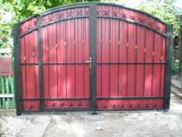 Ворота кованые (калитка внутри) обшитые профнастилом Донецк 28000 руб