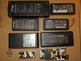 8 różnych zasilaczy do laptopów, bez kabli