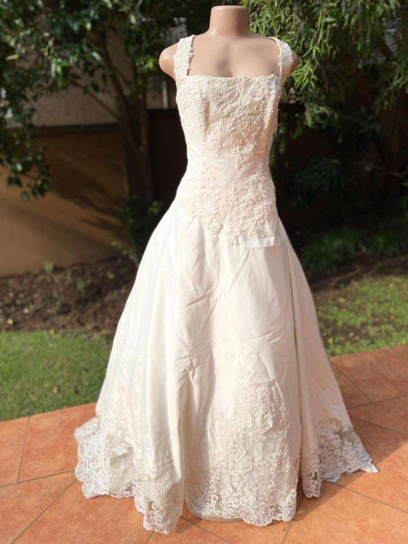 Straight neckline wedding dress 0
