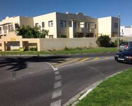 Two Bedroom Flat with garden to Rent in secure complex (Parklands)
