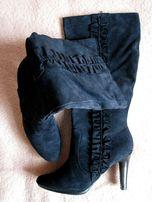 Стильные новые темно-синие демисезонные замшевые сапоги на каблуке
