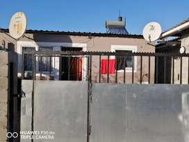 House and 5 bachelor flats for Sale: R 380 000
