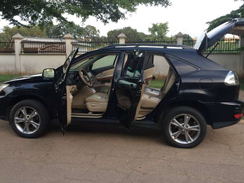 Lexus 400h SUV 2006 Model, Uses Battery and Fuel. High fuel efficient 0