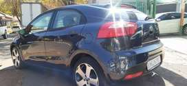KIA RIO IN EXCELLENT CONDITION  (6SPEED) WITH LEATHER INTERIOR DESIGN