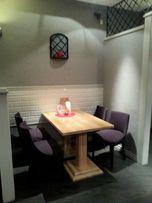 Dębowe stoły, kanapa i krzesła