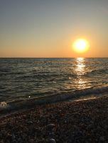 Престижный участок на берегу моря с видом на закат солнца.