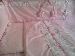 Детские постельные комплекты и защита для кроватки.