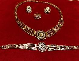 Złoty (pr.585) kpl. Versace z lśniącymi kryształkami Swarovskiego;