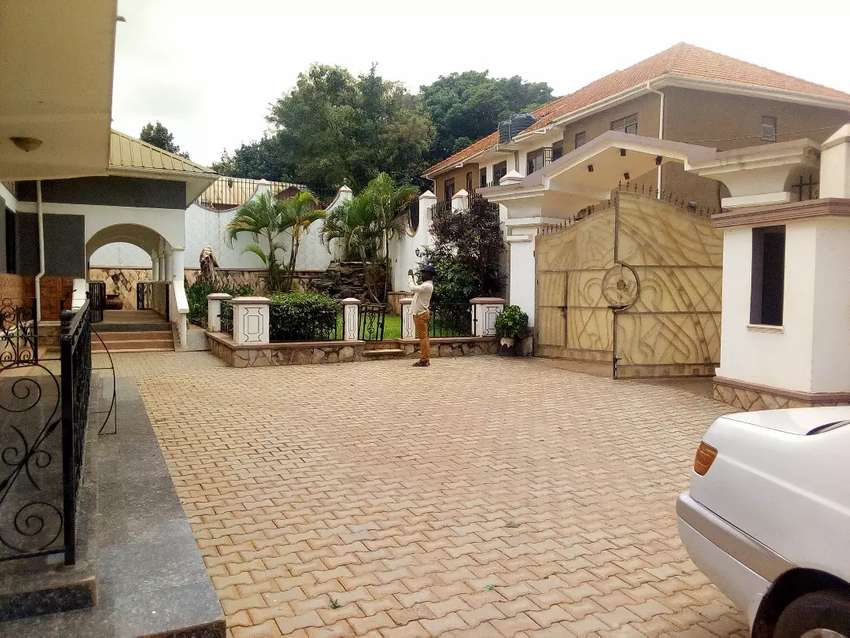 This fancy 4 bedrooms double Stroud home quick sale heart of munyonyo 0