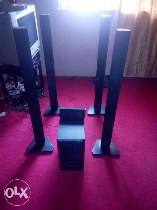 Samsung DVD player with 4 standing speakers 1centre speaker and one b 0