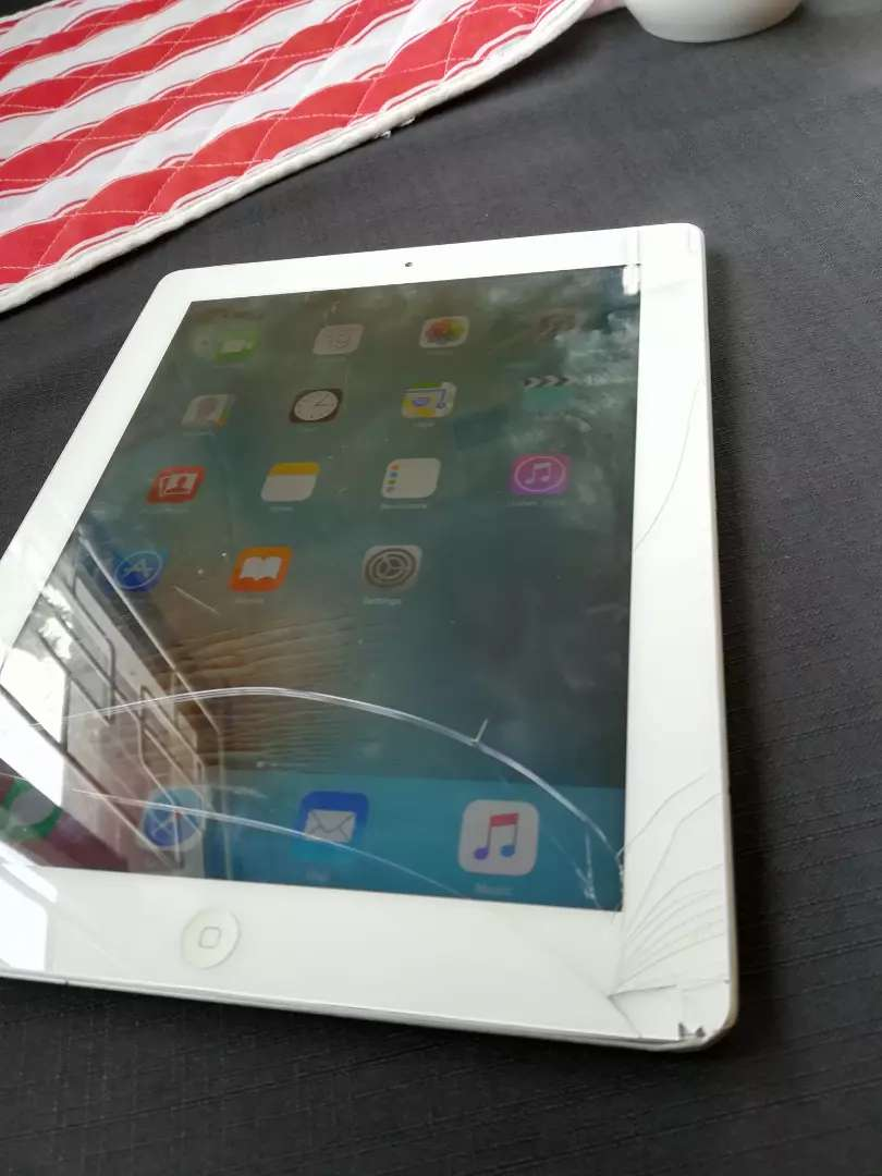 Apple iPad 16gig, perfect working order, cracked glass only 0