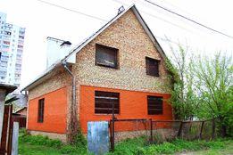 Большой частный дом в Киеве. Недострой. Красный кирпич. Двухэтажный.