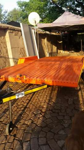 Car and flat bed whith ramps. 4.4 m x 2m