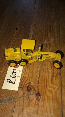 Yellow metal scale models from R400