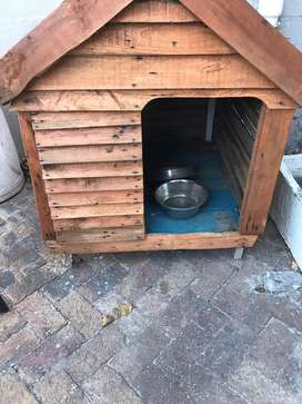 Large dog kennel with 2 bowls