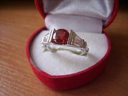 niepowtarzalny i elegancki pierścionek CZERWONE OCZKO