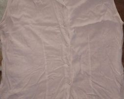 Безрукавка-футболка-майка-блуза-рубашка нежно-кремового цвета.