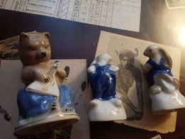 Медведь играет на балалайке, две Зайчихи танцуют. Статуэтки.