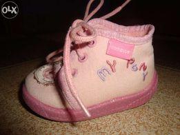 Sprzedam buciki/paputki wiązane z materiału dla dziewczynki, roz. 18