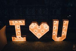Буквы I love U с лампочками c сердцем