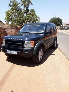 Black land Rover Discovery