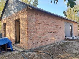 Oczyszczanie, piaskowanie cegły drewna betonu elewacji. Dojazd