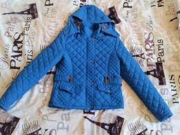 Niebieska kurtka pikowana z kapturem wiosna jesień