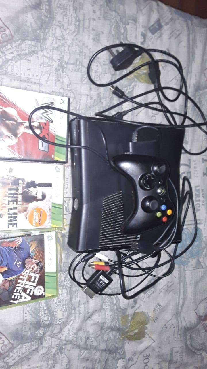 Xbox 360 for sale with controller and games 0