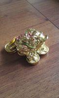 Статуэтка лягушка и деньги = 200 рублей.
