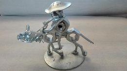 Metalowa postać spawana z nakrętek