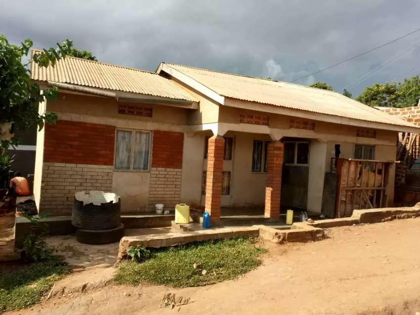 KAWEMPE KIZINGIZA TOWN. 2bedroomed house on trade/sale only 21m ugx 0