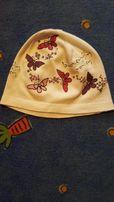 Biała czapeczka w motylki