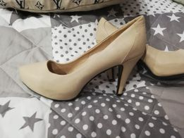 Buty beżowe klasyczne.