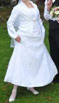 Sprzedam śliczną suknię ślubną z koronki.