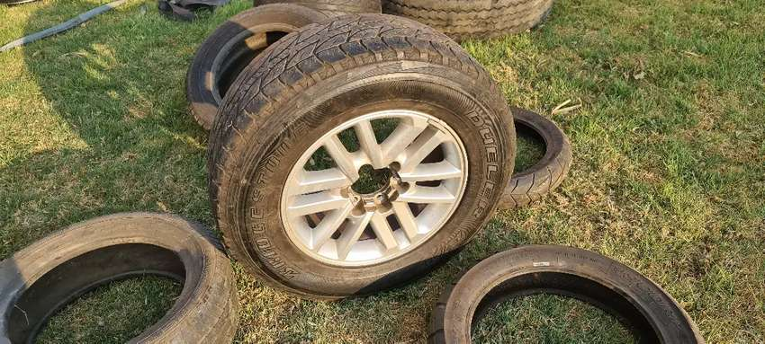 1 x 256/65R17 Toyota Hilux/Fortuner rim and tyre 0