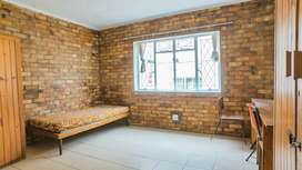 Bachelor Flat available for Rent - 500m from Rhodes, Grahamstown