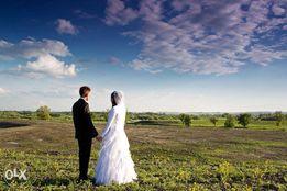 Biała suknia ślubna z falbanami + dodatki