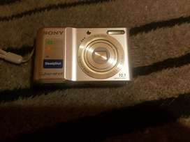 Sony cybershot digital camera with memory card and batteries and cable