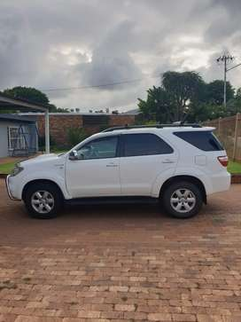 Very neat Fortuner 3.0 d4d automatic. Full service history.
