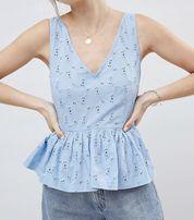 Błękitna ażurowa bluzka.