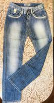 Светло голубые джинсы