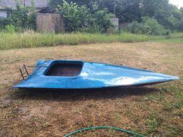 Продам пластиковую спортивную лодку